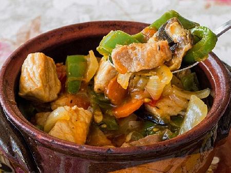Свинска кавърма с праз, чесън, моркови, чушки, червено вино и подправки в глинен гювеч или гювечета на фурна - снимка на рецептата